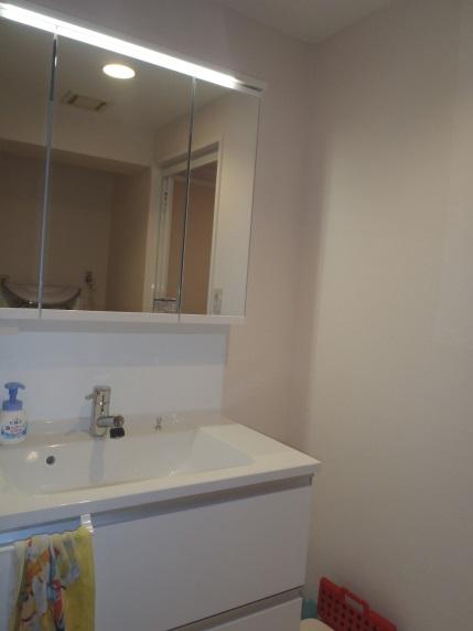 明るい洗面室・三面鏡収納